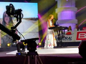 Stephanie-Zelaya_Teleton_cantando