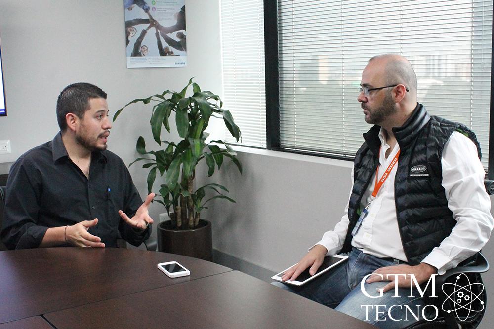 Juan Enrique Estrada (Experto en Tecnología de Samsung Guatemala) y Claudio Aranda (GTM Tecno)