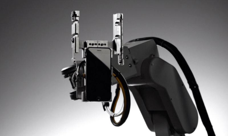 """Liam es el nombre que lleva un brazo robótico de Apple que tiene por única función desarmar los iPhone y recuperar las piezas reutilizables. Eso incluye tornillos, metales e incluso el cobalto y el litio de la batería. https://youtu.be/AYshVbcEmUc La intención de Apple es que las partes de los iPhone viejos puedan ser reutilizadas en nuevos productos. En la actualidad, por ejemplo, algunos de los componentes son empleados para fabricar paneles solares. De acuerdo con Apple, Liam procesa al año más de 1,2 millones de iPhone. [gtmadsense id=""""4169773646""""] Apple presentó Renew Renew es un programa para que la gente pueda deshacerse de sus dispositivos de manera segura, sean o no de la empresa de Cupertino. Disponible en algunos países del mundo, Renew contempla el envío para reciclaje de un iPad, iPhone o smartphone viejo y la posibilidad de recibir una tarjeta de regalo de Apple. Lo mismo ocurre con las Mac y computadoras antiguas, pero no con los iPod, que solo califican para ser desarmados, sin posibilidad de recibir un beneficio a cambio. Apple informó que el 99% de los materiales que emplea en los empaques de sus dispositivos es reciclable. Dijo además que el 93% de sus instalaciones funcionan con energías renovables. La intención es alcanzar el 100% en poco tiempo, dotando de mejor equipamiento a sus oficinas y comercios."""