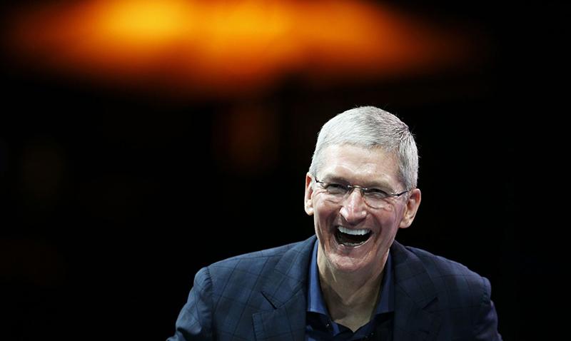 """El reporte cita a una fuente anónima que explicó que, hasta el momento, el FBI no ha encontrado información que permita establecer conexiones con otros terroristas o incluso con el autodenominado Estado Islámico (ISIS según sus siglas en inglés). El FBI desató una controversia después de solicitar a Apple crear una herramienta de software que les permitiera hackear el teléfono; Apple se negó a crear una puerta trasera al iPhone, respuesta que derivó en un debate sobre si las entidades de gobierno pueden pedir a empresas privadas revelar datos personas de sus clientes. Tras la negativa de Apple, el FBI explicó que había logrado desbloquear el iPhone de San Bernardino utilizando un método proporcionado por una compañía privada. Días después un diario isrealí publicó que la compañía Cellebrite fue quien proporcionó al FBI la """"puerta trasera"""" para acceder al iPhone de Farook, versión que más adelante fue desmentida por The Washington Post, quien indica que el FBI pagó a hackers profesionales no para encontrar el código de seguridad del iPhone 5c de Farook, sino para descifrar la información encriptada del iPhone. Antes de que el FBI lograra descifrar el iPhone de Farook, el esposo de una de las sobrevivientes de los incidentes declaró que era muy poco probale que el Phone del terrorista contara con información importante acerca de los sucesos debido a que era un teléfono proporcionado por el condado con fines laborales. """"¿Por qué alguien guardaría contactos vitales relacionados con un ataque en un teléfono al que saben que el condado tiene acceso?"""", cuestionó esta persona en una carta dirigida a la corte. Por su parte, el director del FBI James Comey explicó la semana pasada que no revelerían detalles sobre la investigación en torno al iPhone de Farook, especificamente sobre los por menores que permitieron descifrar el teléfono. """"Si se lo revelamos a Apple ellos trabajarán en una solución y volveremos al punto de inicio"""", señaló."""